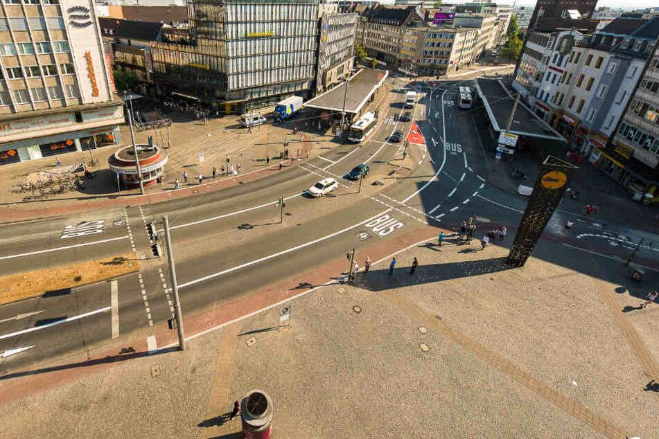 Busse und Fahrradfahrer haben seit Freitag auf dem Bielefelder Jahnplatz eine eigene Spur-