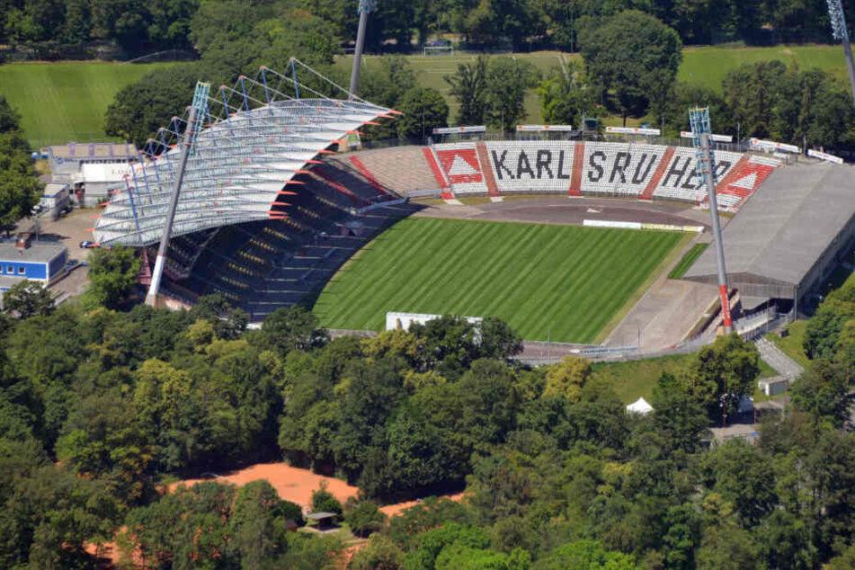 Eine Luftaufnahme des Karlsruher Wildparkstadions vor den Umbaumaßnahmen.