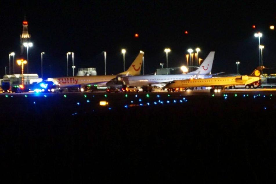 Das Passagierflugzeug der Gesellschaft Tui Fly am Dienstagabend in Stuttgart.