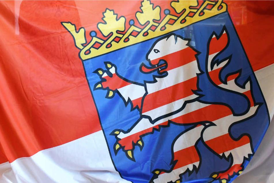 Die Flagge und das Wappen des Bundeslandes Hessen.