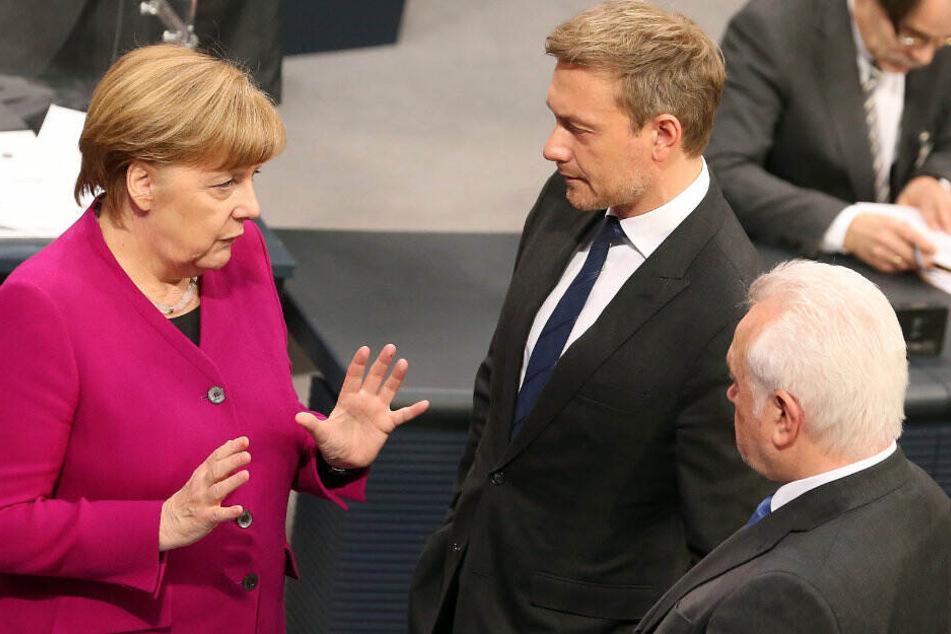 Angela Merkel spricht mit Christina Lindner und Wolfgang Kubicki.