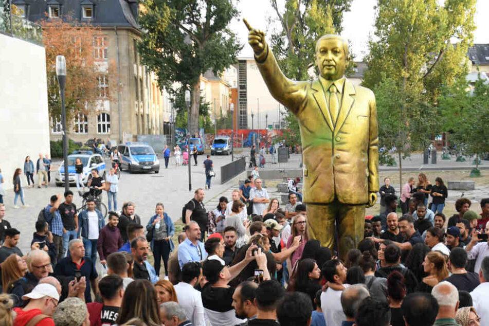 Die Statue sorgte am Platz der Deutschen Einheit für allerhand Gesprächsstoff.