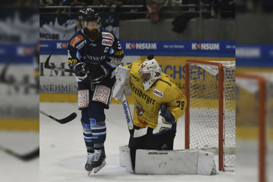 Der Job von Eislöwen-Kapitän Thomas Pielmeier. Er muss Füchse-Goalie Mac Carruth die Sicht nehmen, damit die Scheibe reingeht.