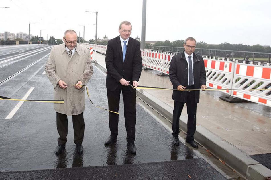 Bürgermeister Detlef Sittel (Mi.) gab die Brücke am Montag für den Verkehr wieder frei.
