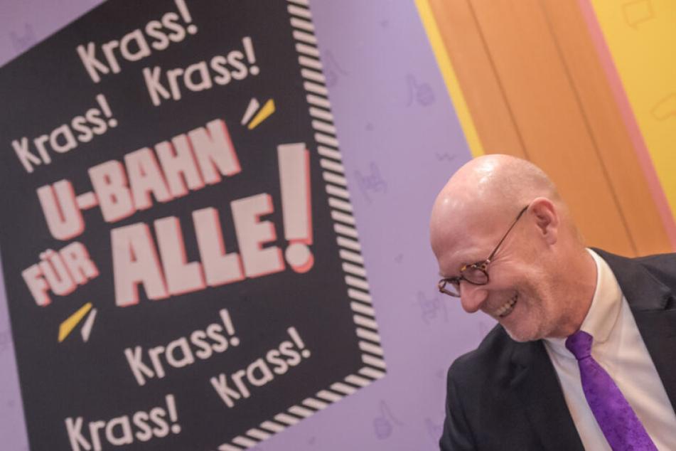 Michael Westhagemann (parteilos), Hamburgs Wirtschaftssenator, auf der Landespressekonferenz vor einem Werbeplakat.