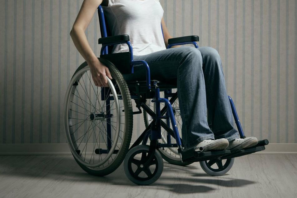 Hannah sitzt aufgrund ihrer Endometriose im Rollstuhl. (Symbolbild)