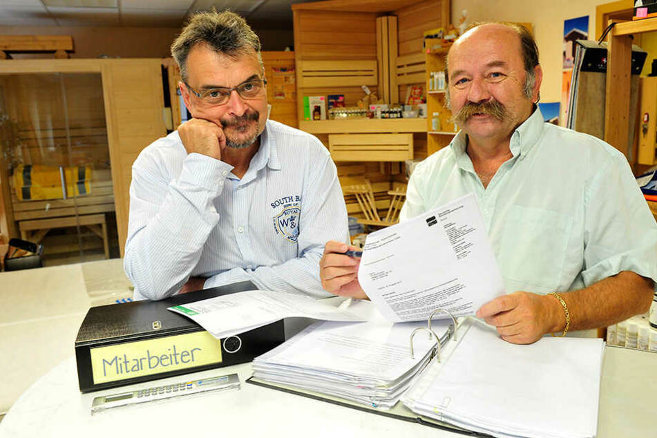 Sie können jetzt wieder lachen: Tischler Tilo Kochmann (55, l.) und sein Chef  Frank Finsterbusch (64).