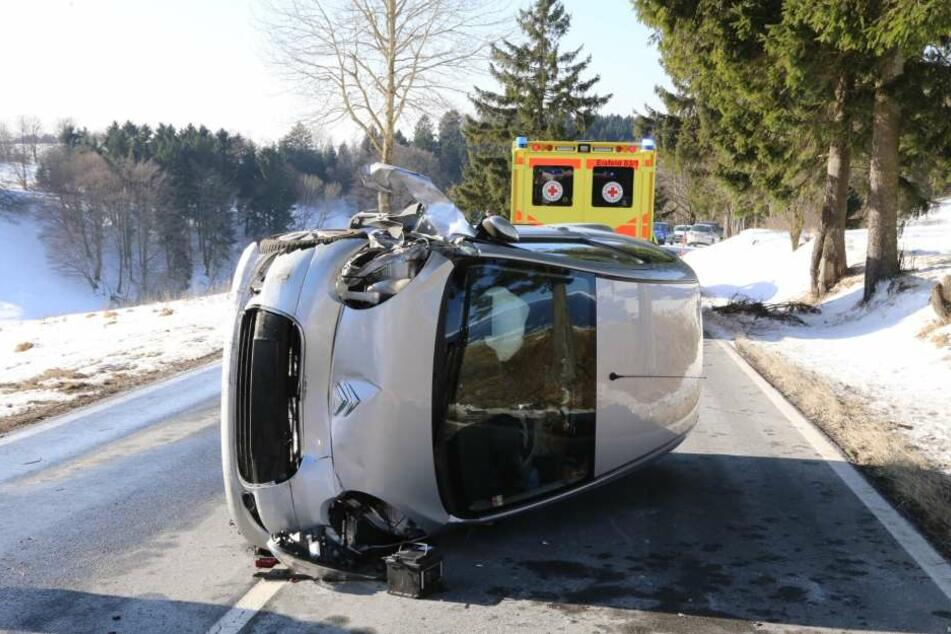 Das Auto der Frau blieb mitten auf der Straße liegen.