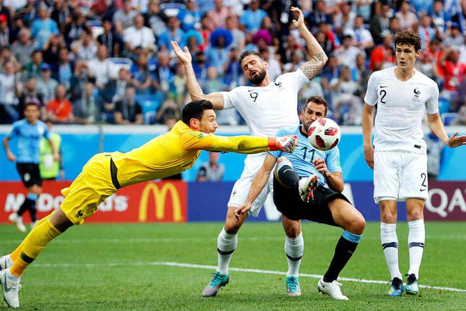 Christian Stuani (Zweiter von rechts) im Kampf um den Ball mit Frankreichs Olivier Giroud (Zweiter von links) und Keeper Hugo Lloris (l.). Suttgarts Benjamin Pavard (r.) schaut interessiert zu.