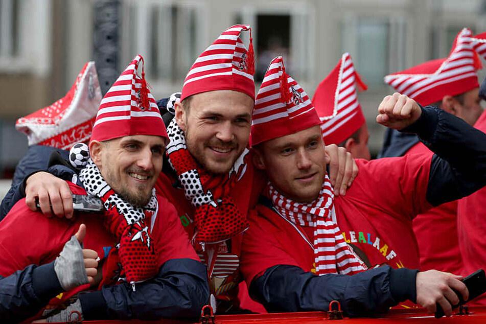 Die FC-Profis Dominick Drexler, Rafael Czichos und Christian Clemens beim Rosenmontagszug 2019.