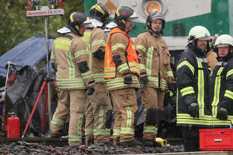 Lkw bleibt auf Bahnübergang liegen | Zug kracht in Sattelzug - 12 Verletzte!