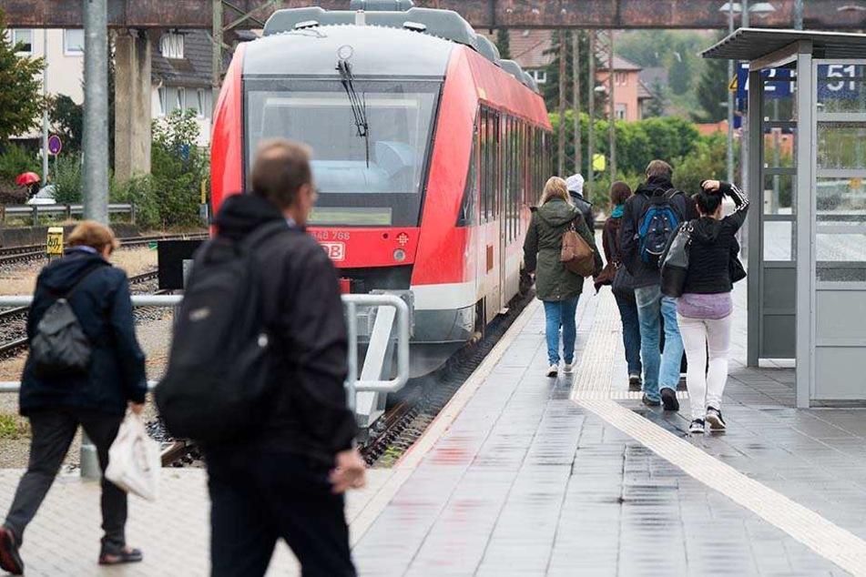 In einer Regionalbahn war ein vollgetrunkener Vater mit seinem Kind (5) unterwegs (Symbolbild).