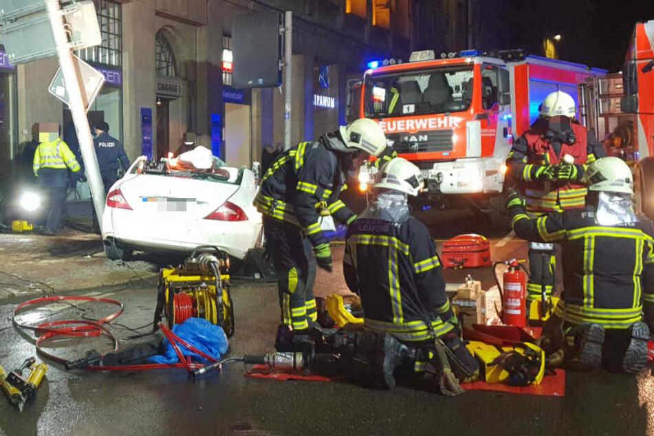 Kameraden der Feuerwehr an der Unglücksstelle. Ihnen bot sich bei ihrer Ankunft ein schreckliches Bild.