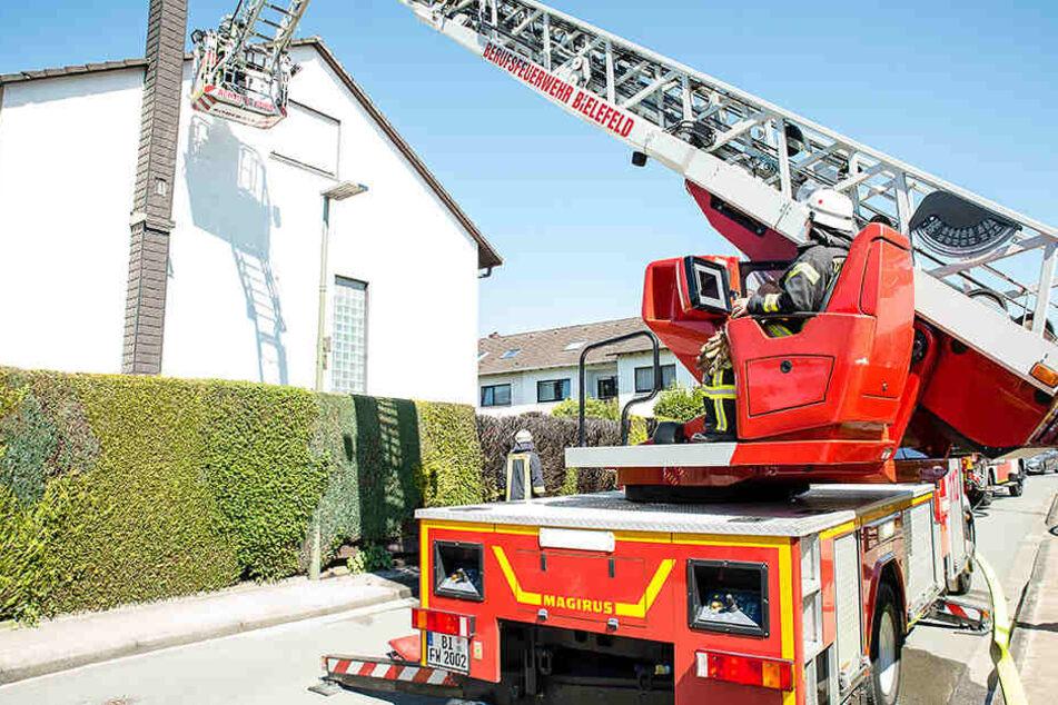 Mit einem Leiterwagen musste die Feuerwehr ein Übergreifen auf das Haus verhindern.