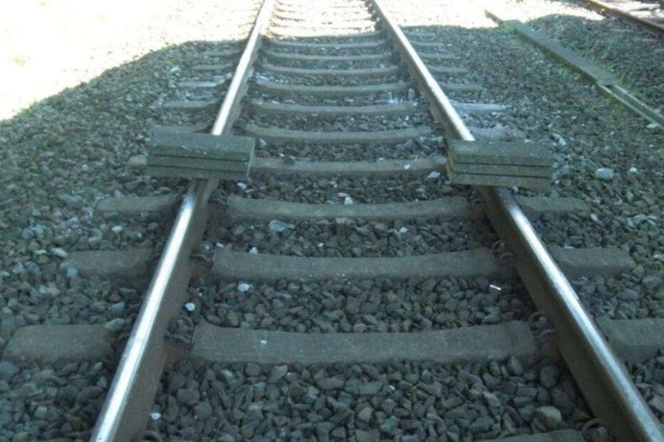 Die Täter legten Betonplatten auf die Gleise.