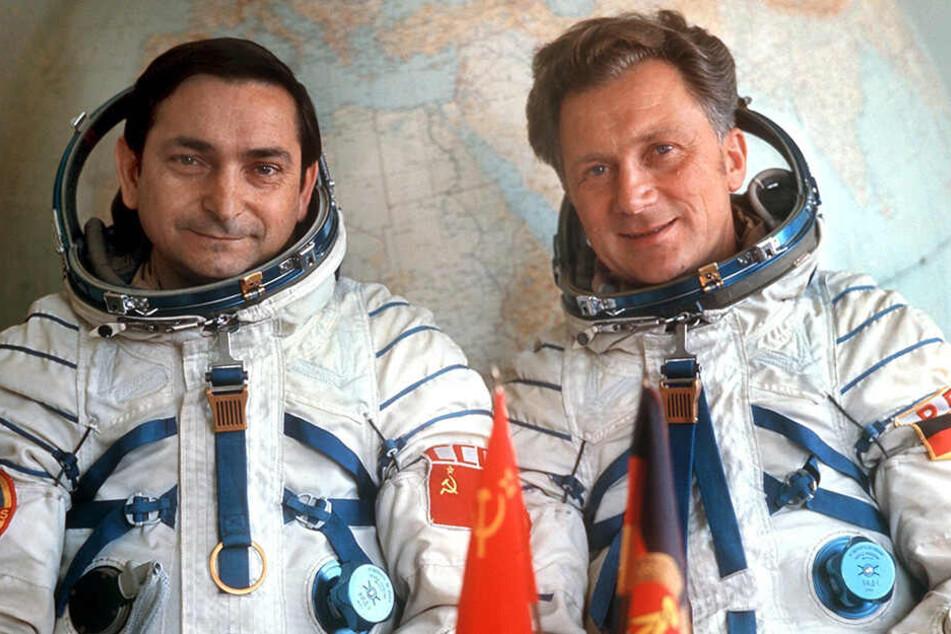 Das Foto vom August 1978 zeigt den sowjetischen Kosmonauten WaleriBykowski (l) und den DDR-Kosmonauten Sigmund Jähn.