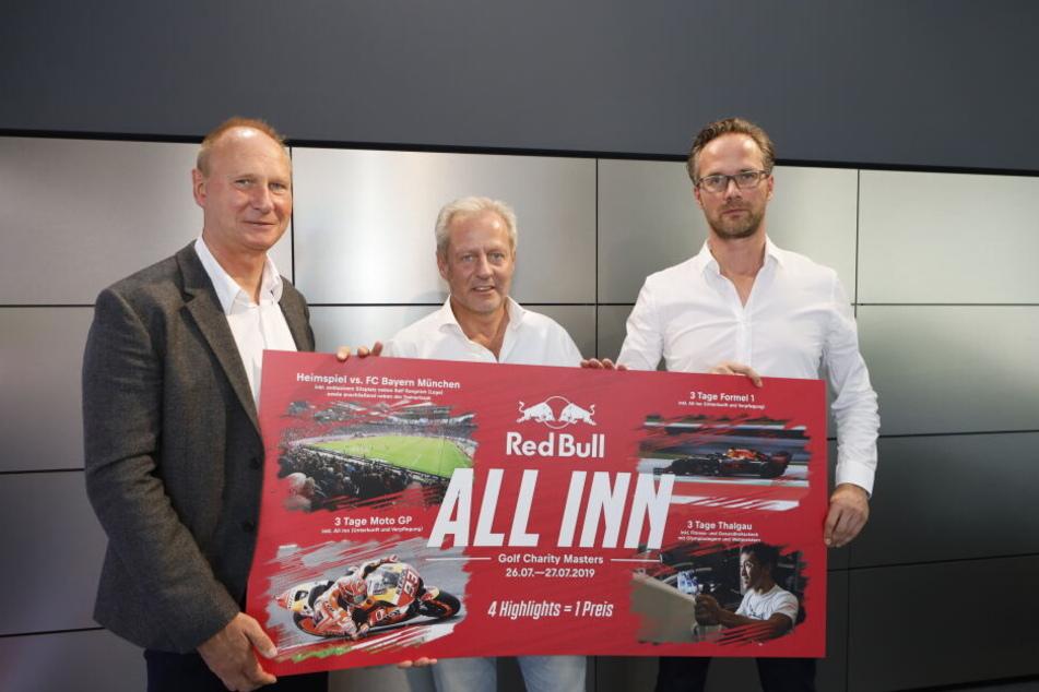 """Red Bull bietet ein vierteiliges Erlebnisset zur Versteigerung an. v.l.n.r.: RB-Vertreter Perry Bräutigam, """"GRK Golf Charity Masters""""-Veranstalter Steffen Göpel und RB-Mediendirektor Florian Scholz."""