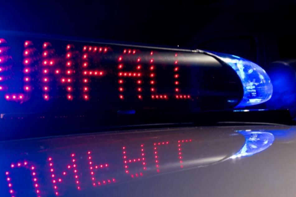 Das Auto der Unfallfahrerin stieß dann gegen eine Hauswand und blieb stehen. (Symbolbild)