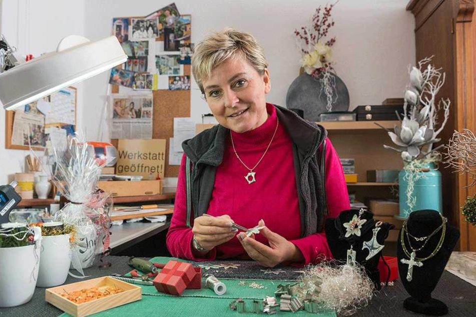 Bianka Lohse an ihrem Arbeitsplatz im heimischen Atelier. Sie fertigt auch Porzellan-Schmuck nach Kundenwünschen an.
