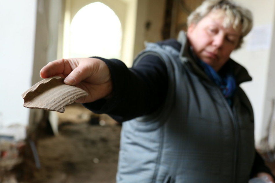 Die Grabungstechnikerin Cornelia Schnabel untersucht im Auftrag des Landesamtes für Archäologie einen Fund, den sie im Boden des Gewandhauses in Zwickau (Sachsen) entdeckt hat.