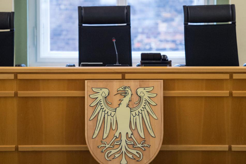 Eine 52 Jahre alte Frau steht ab Dienstag in Cottbus vor Gericht (Symbolbild).