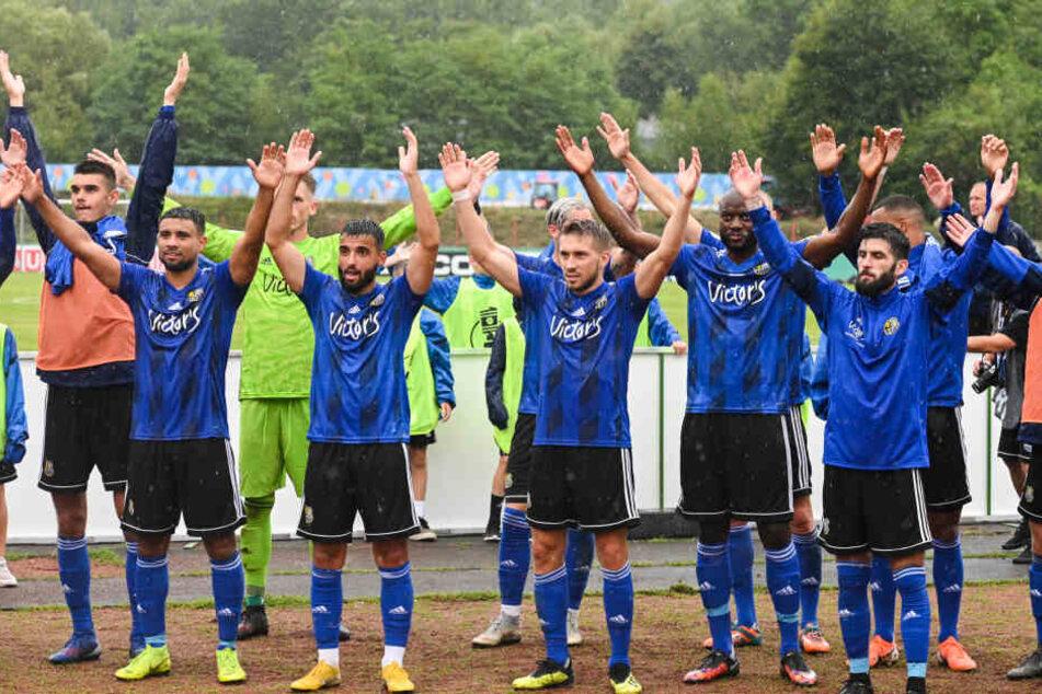 Die Spieler des 1. FC Saarbrücken jubeln nach dem Pokalsieg gegen Regensburg am 11. August.