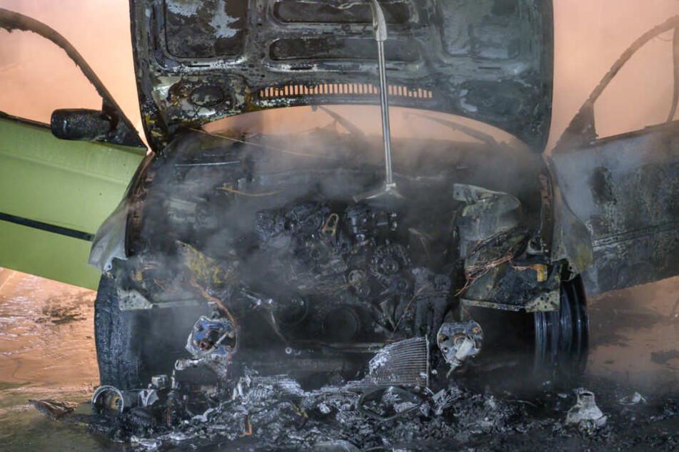 Schock während der Fahrt: BMW brennt völlig aus