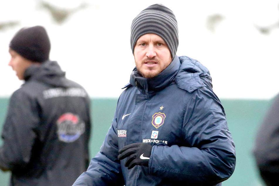 Auch FCE-Coach Hannes Drews muss sich zu den Einheiten derzeit dick einmummeln.