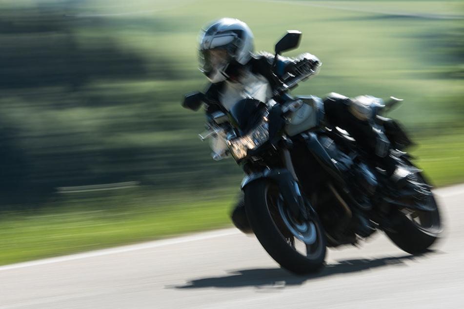 Der Rowdy schlug dem Biker so schwer gegen den Helm, dass dieser mit seiner Maschine stürzte. (Symbolbild)