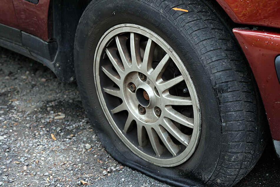 Insgesamt machte der Täter 26 Reifen platt. (Symbolbild)
