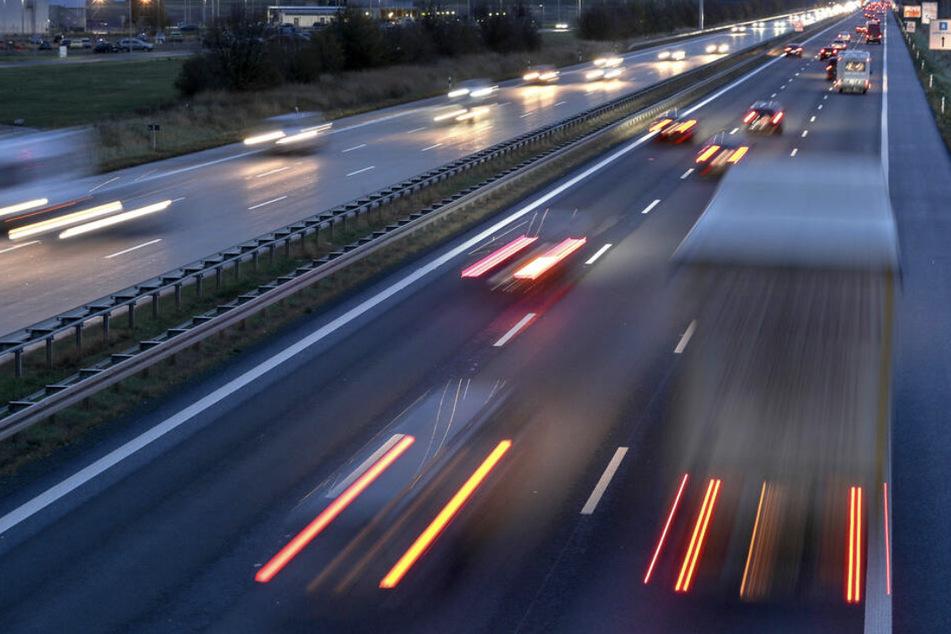 Unfall A14: Lkw kracht gegen Autobahnschilder auf A14: 75.000 Euro Schaden