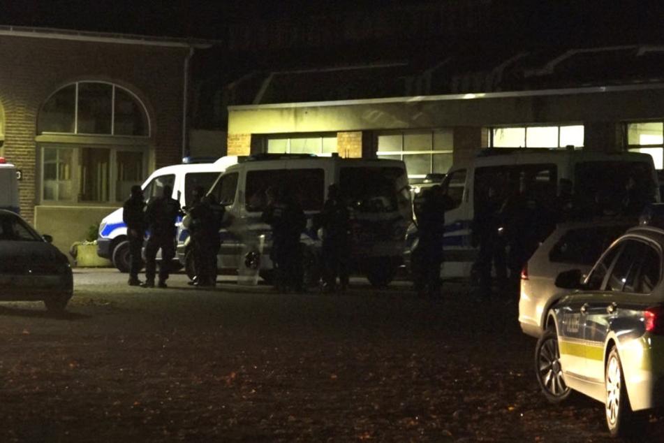 Einsatzkräfte der Polizei und Polizeifahrzeuge stehen vor einer Psychiatrie im nordrhein-westfälischen Bedburg-Hau.