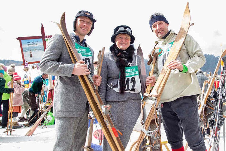 In historischer Klamotte: Teilnehmer des Nostalgie-Skirennens. Auch Holzskier sind ein Muss.