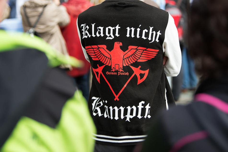 """Eine Jacke mit dem Aufdruck """"Klagt nicht kämpft"""" eines Teilnehmers der Pro-Le-Pen Demonstration der Thügida vor der Dresdner Frauenkirche."""