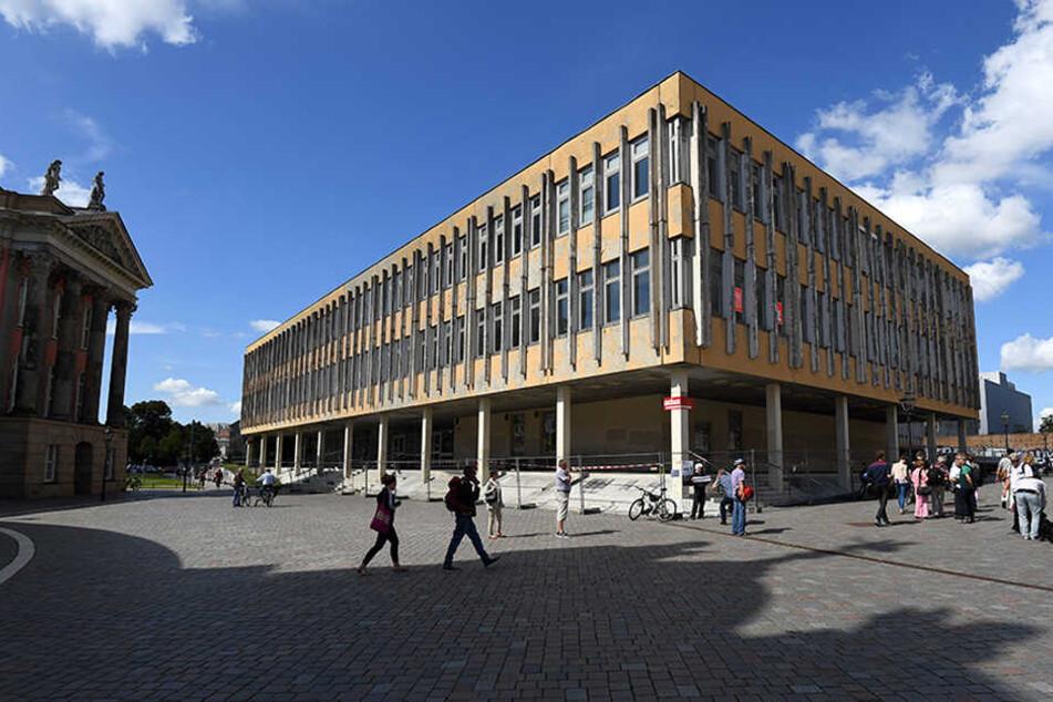 Das geschlossene Gebäude der Fachhochschule am Alten Markt in Potsdam.