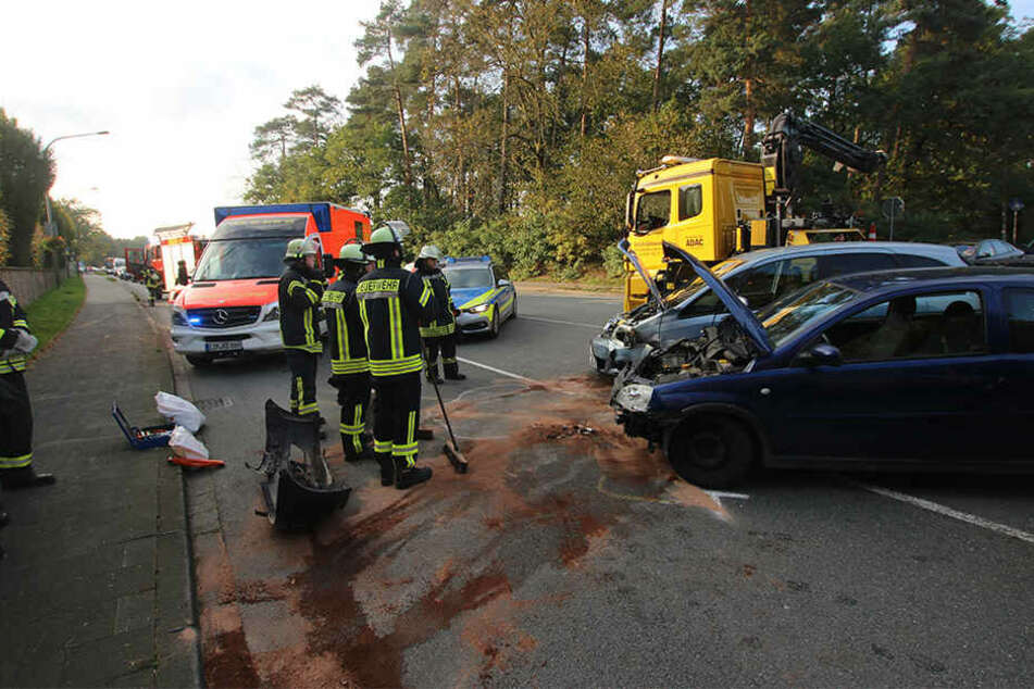 Die beiden Opel krachten auf der Kreuzung in Schloß Holte-Stukenbrock ineinander.