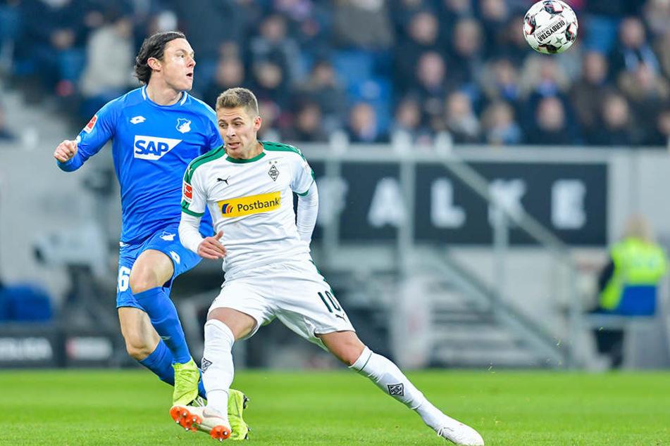 Ehemalige Teamkollegen unter sich: Hoffenheims Nico Schulz (l., ehemals Gladbach) kann den Ball gerade so vor Borussen-Angreifer Thorgan Hazard (r.) klären.