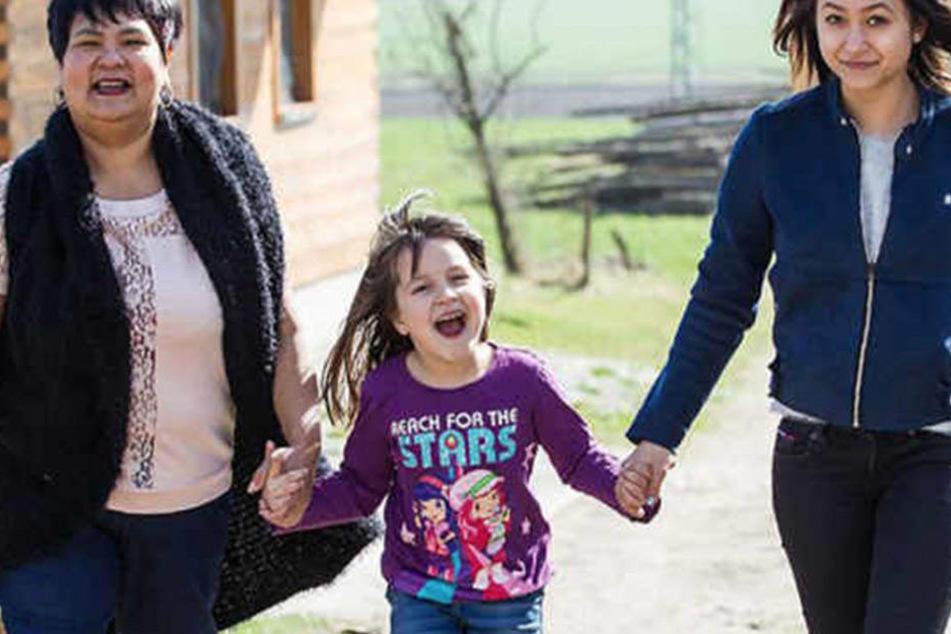 Narumol mit ihren beiden Töchtern Jorafina und Jenny. Bald ist die Familie jedoch nur noch zu dritt auf dem Hof.