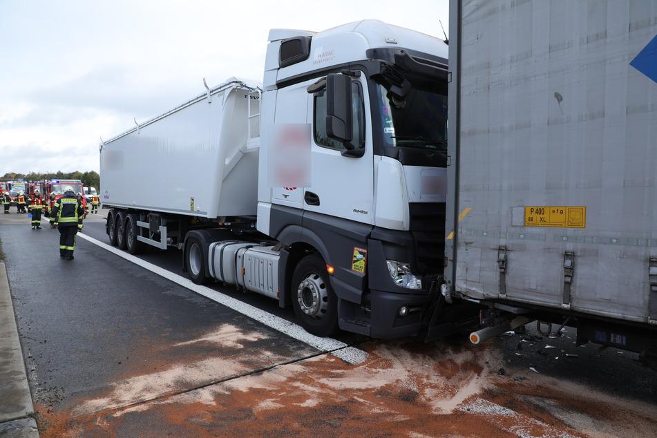Ein Mercedes-Lkw krachte auf der A4 in einen Iveco-Laster. Es liefen Betriebsstoffe aus.