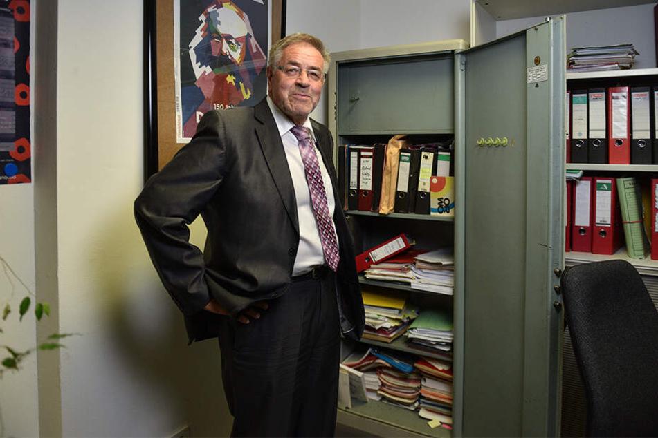 Klaus Bartl (68, Linke) kandidiert nicht mehr für den Landtag. Zeit, Einblick in seinen geheimnisvollen Stahlschrank zu gewähren.