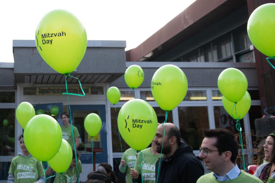 """Grüne Luftballons zum """"Mitzvah Day"""" vor der Berliner Jugendfreizeiteinrichtung Düppel."""