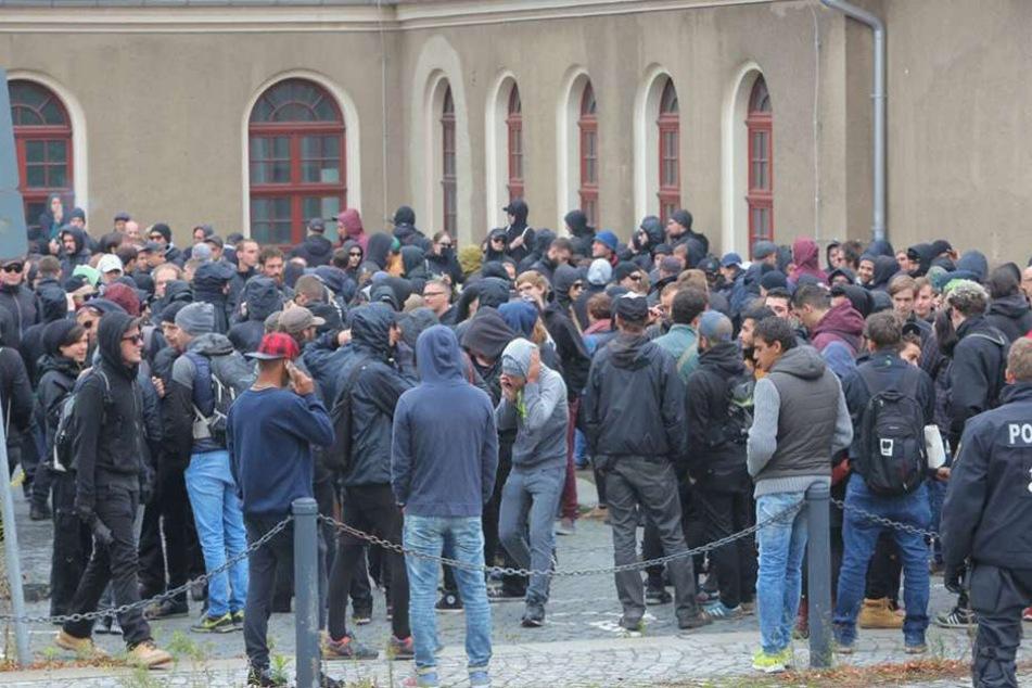 Linke Demonstranten am Bautzner Bahnhof.