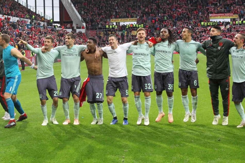 Am Ende feierten die Stars des FC Bayern mit den mitgereisten Fans.