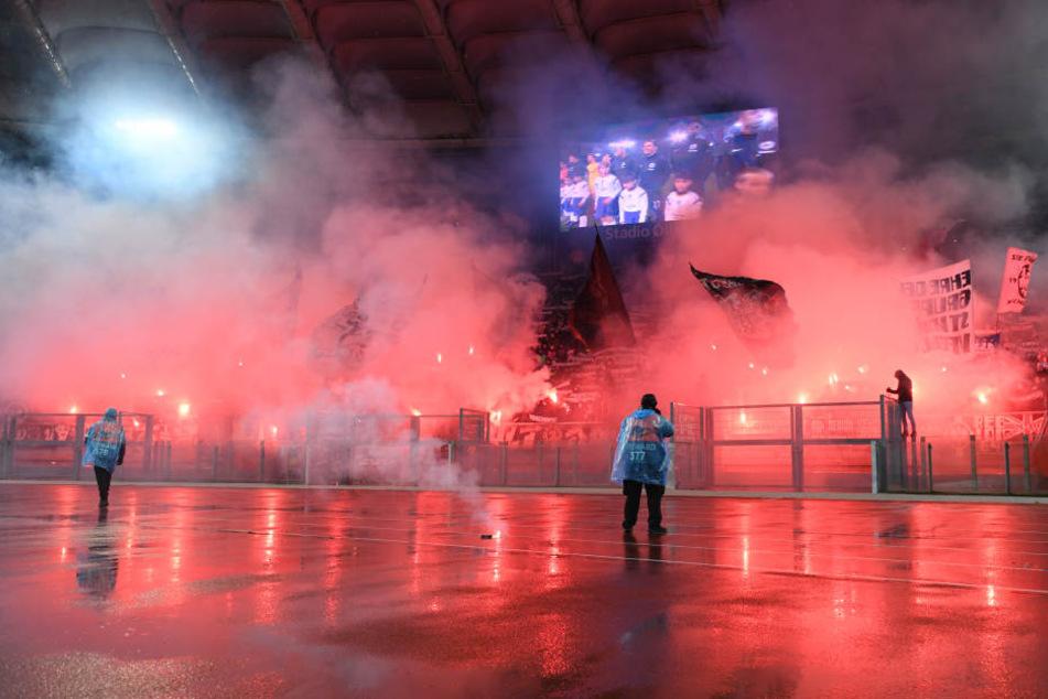 Die Eintracht-Fans brannten vor dem Anpfiff Pyrotechnik ab.