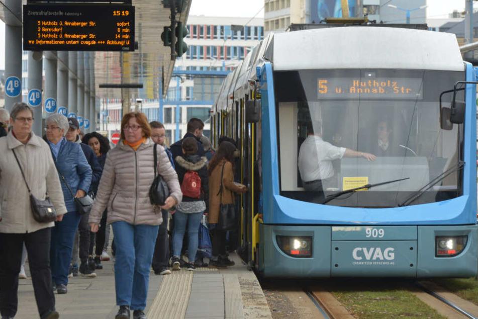 In der Straßenbahnlinie 5 wurde am Donnerstagvormittag ein Kontrolleur von einem Schwarzfahrer geschlagen (Archivbild).