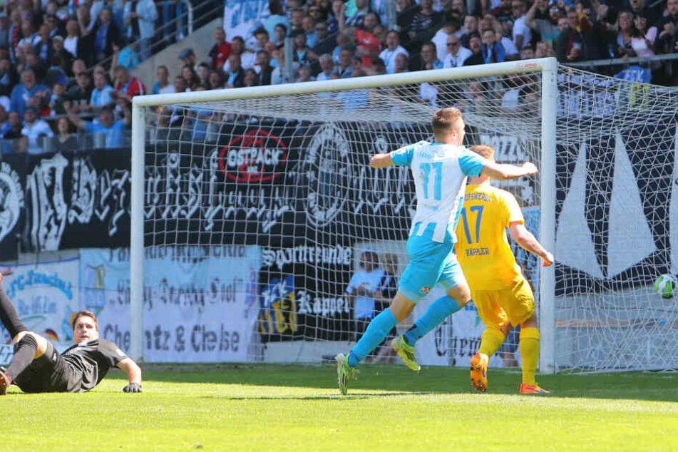 Tor für Chemnitz, Treffer zum 4:0 durch Torschütze Daniel Frahn (mi.) gegen Torwart Oliver Birnbaum.