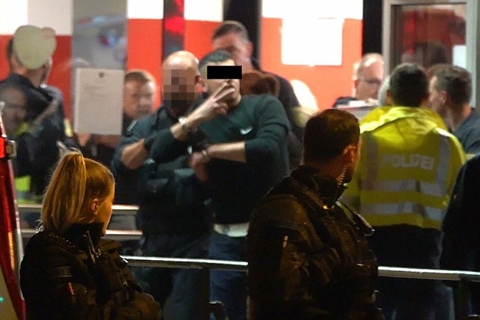 Der Angeklagte Alaa S. (23, schwarzer Balken) bei der Tatortbegehung am Döner-Laden unweit vom Tatort des Mordes an Daniel H. (†35).