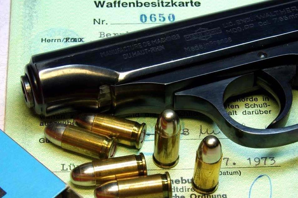 Der Mann versteckte die Waffe bei seiner Festnahme in seiner Jackentasche. (Symbolbild)