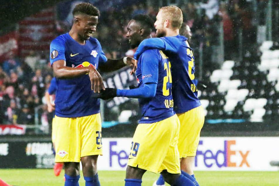Torschütze Jean-Kevin Augustin (M.) freut sich mit Nordi Mukiele (l.) und Konrad Laimer über das 1:0 nach zwölf Minuten.