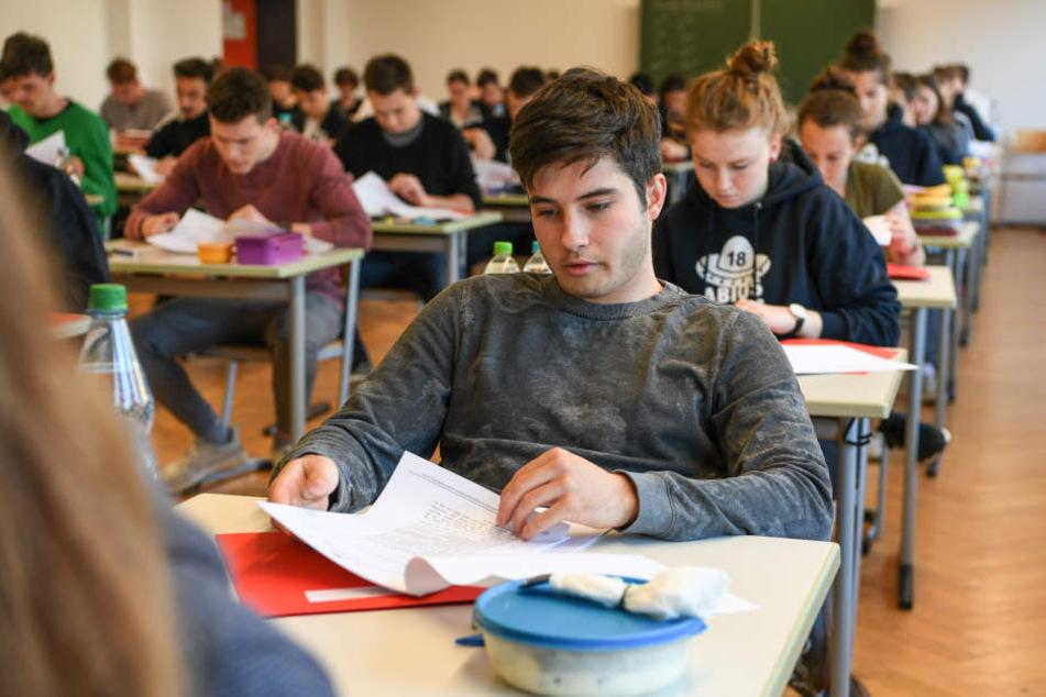 Abiturienten während einer Prüfung. (Symbolbild)